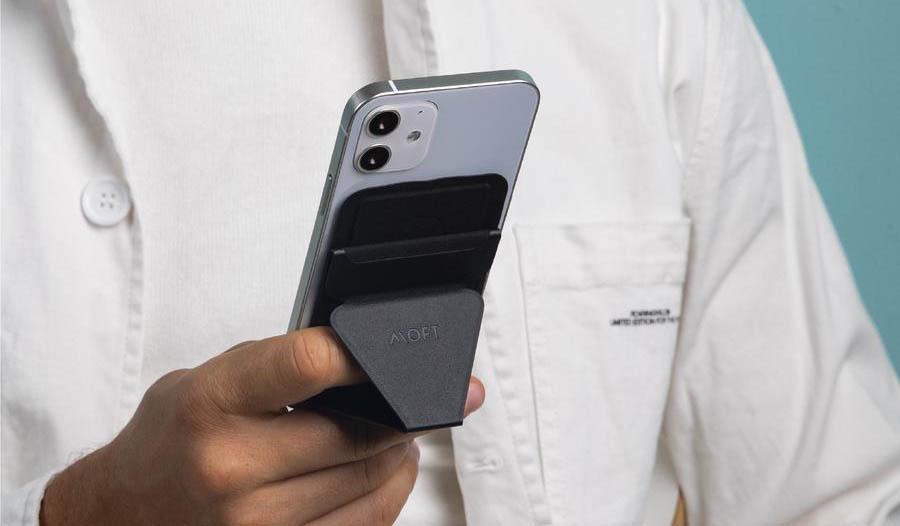 MOFT SnapOn wallet in de hand