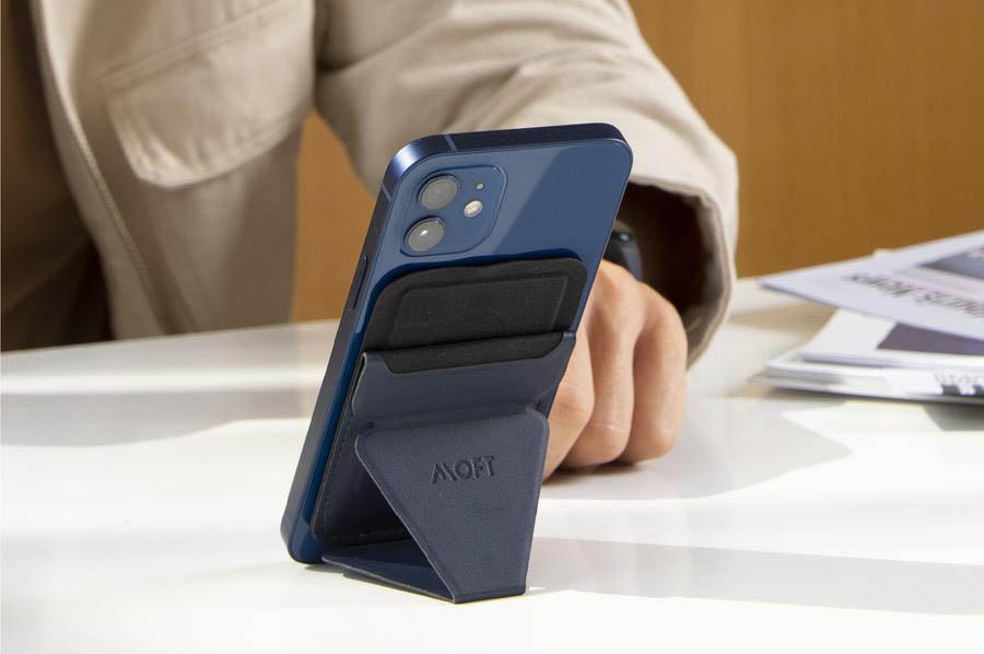 MOFT SnapOn wallet op bureau
