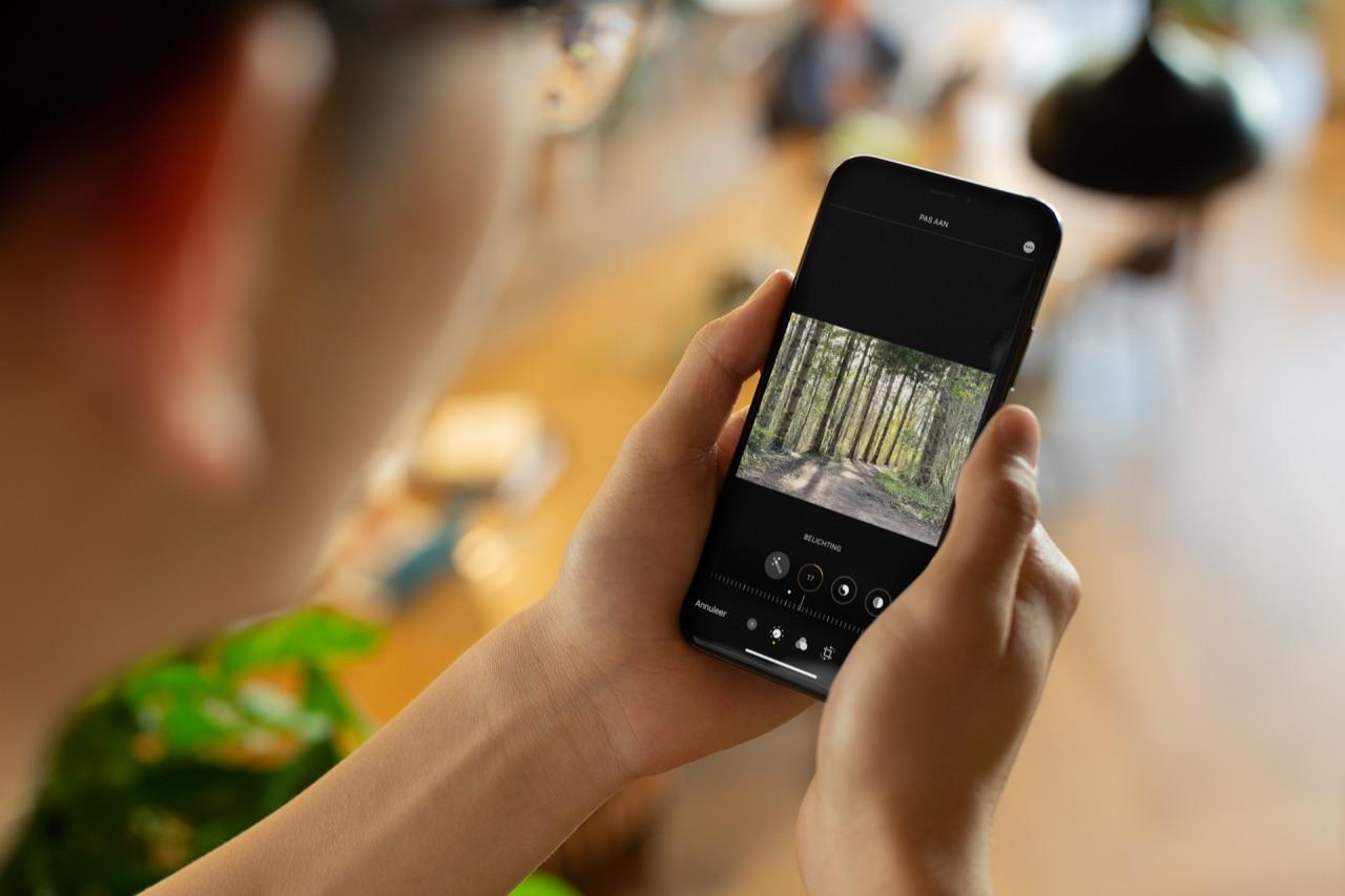 Belichting aanpassen op foto op de iPhone.
