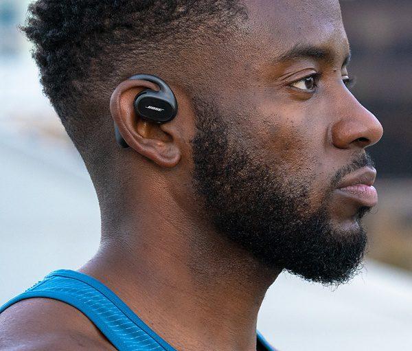 Bose Sport Open Earbuds in gebruik vanaf de zijkant.