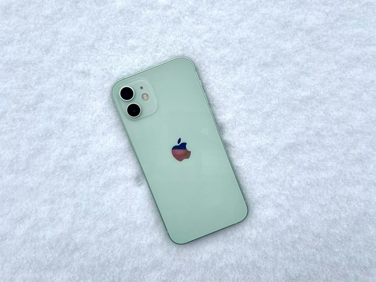iPhone 12 in sneeuw tijdens de winter.