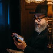 Oudere man met iPhone