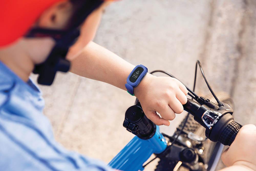 Fitbit Ace 3 kind op de fiets
