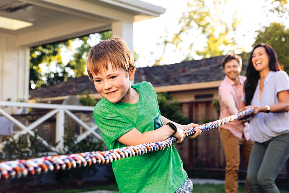 Fitbit Ace 3 kind aan het touwtrekken