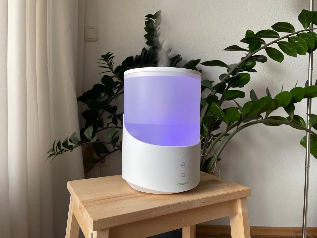 VOCOlinc MistFlow luchtbevochtiger met paarse lamp.