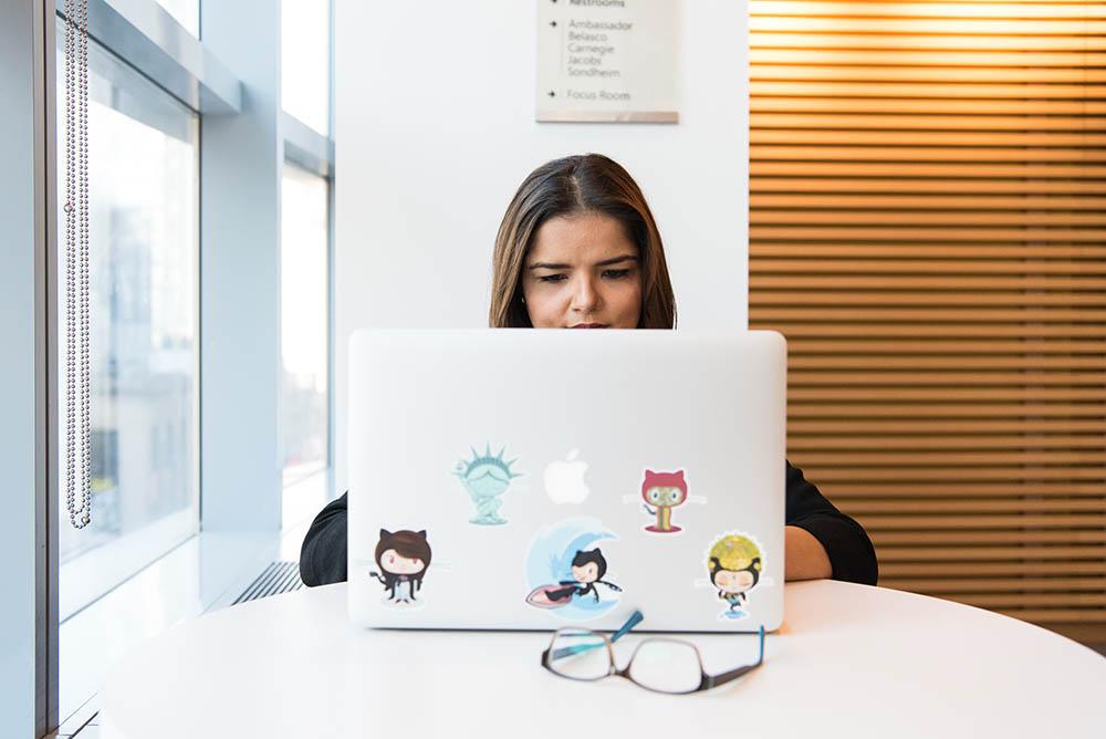 Vrouw met MacBook