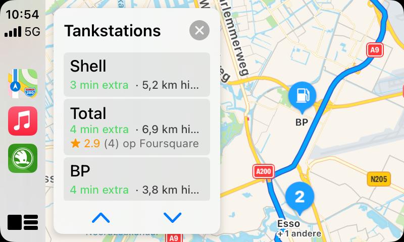 Apple Kaarten in CarPlay: tussenstop met tankstation.