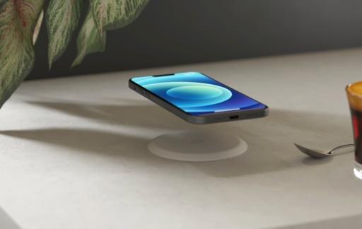 Zens Built-in Wireless Charger met iPhone 12.