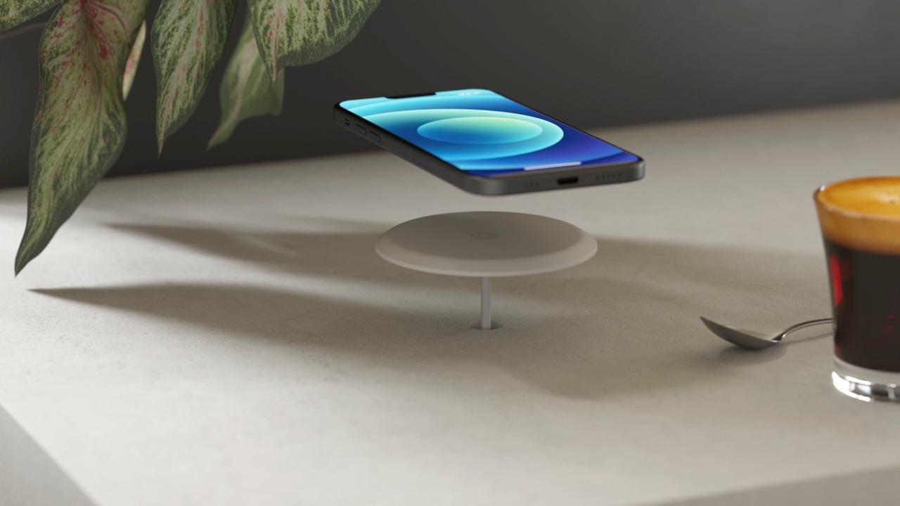 Zens Built-in Wireless Charger met gaatje in bureau.