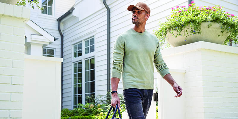 Actieve man met Fitbit Luxe