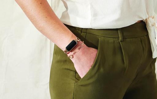 Fitbit Luxe vrouw met armbandje