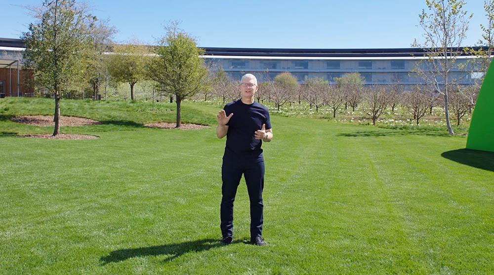 Tim Cook op Apple Park tijdens Spring Loaded