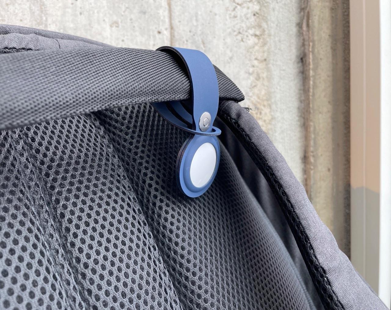 AirTag aan rugtas met hanger.