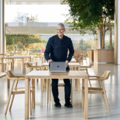 Tim Cook in Apple Park-kantine