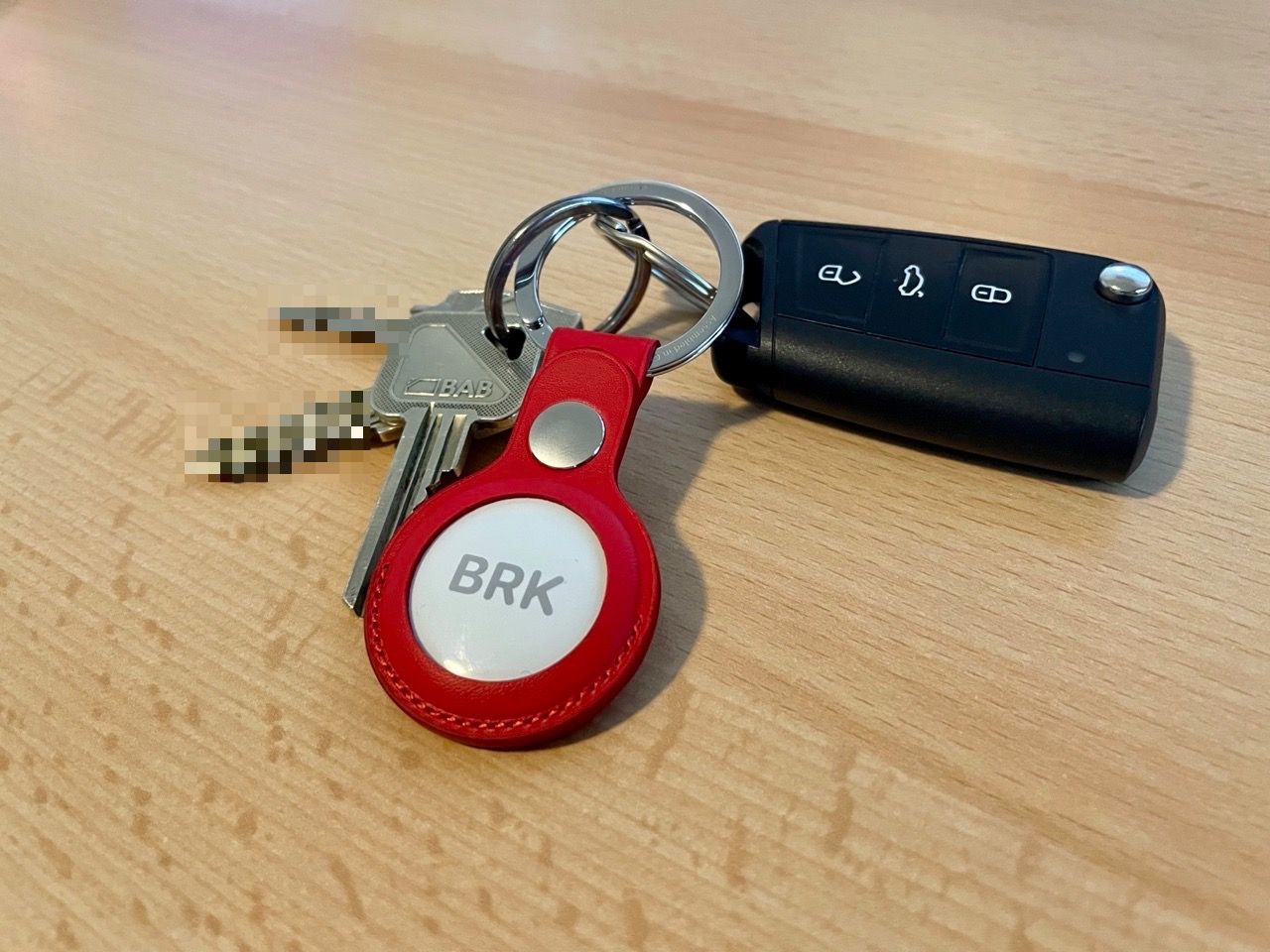 Apple leren AirTag-sleutelhanger aan een sleutelbos.