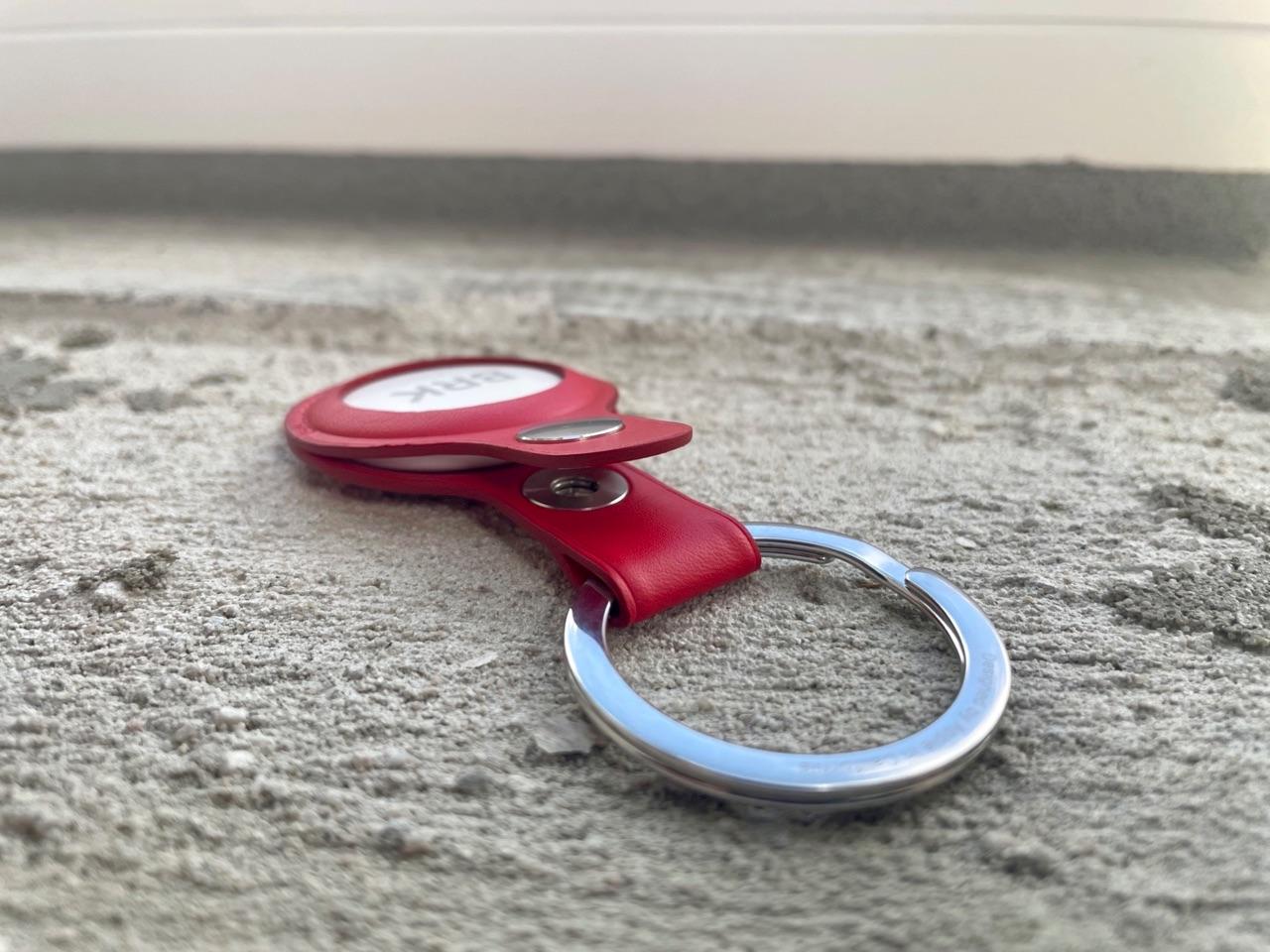 Rode AirTag sleutelhanger van leer.