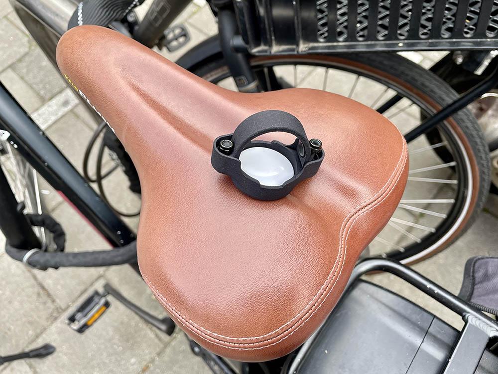 AirTag fietshouder op een zadel