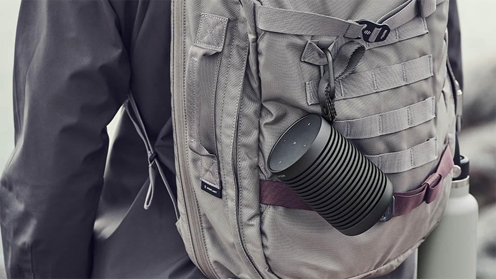 Beosound Explore speaker aan een rugzak