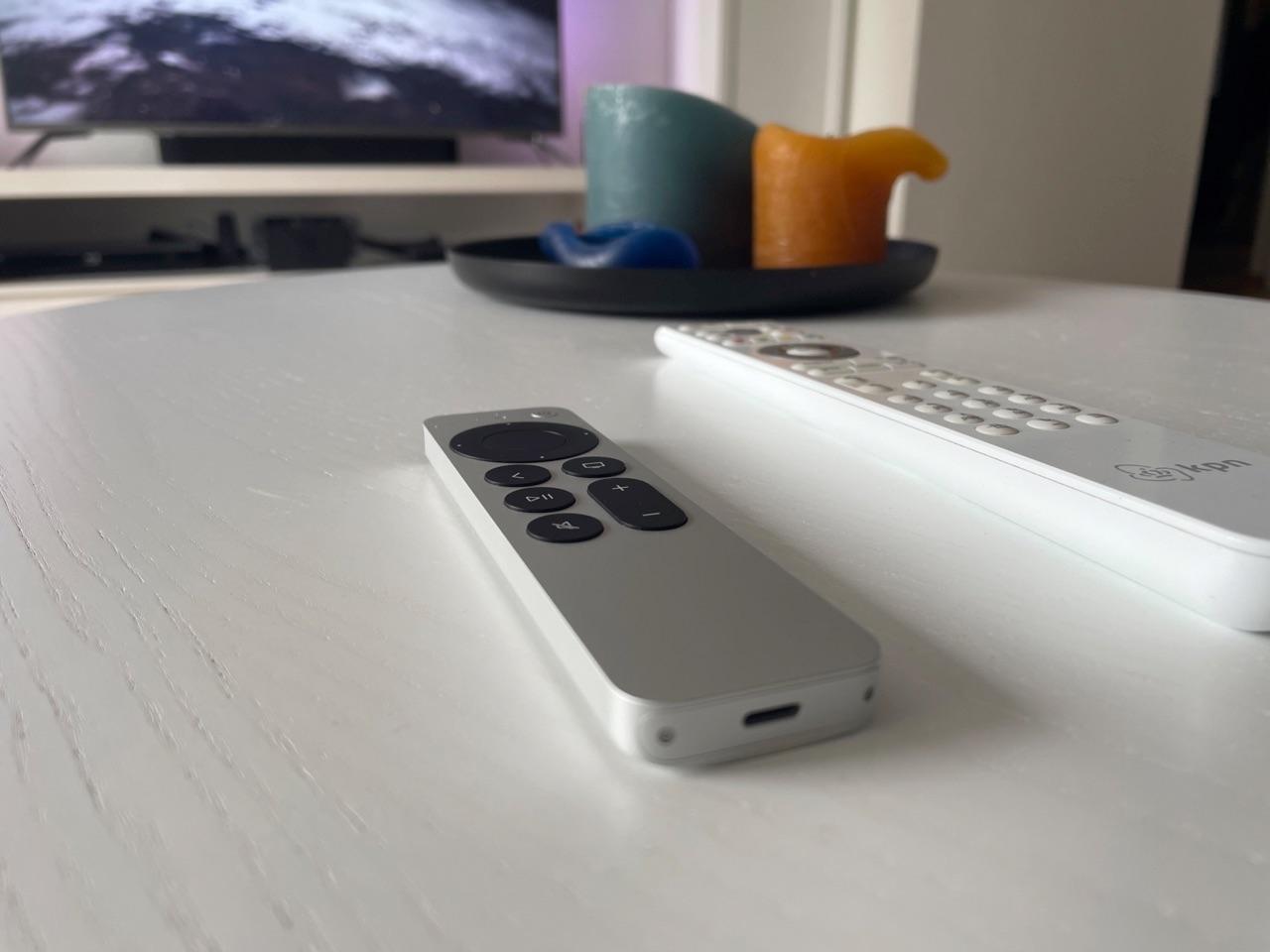 Siri Remote review: op tafel met KPN-afstandsbediening.