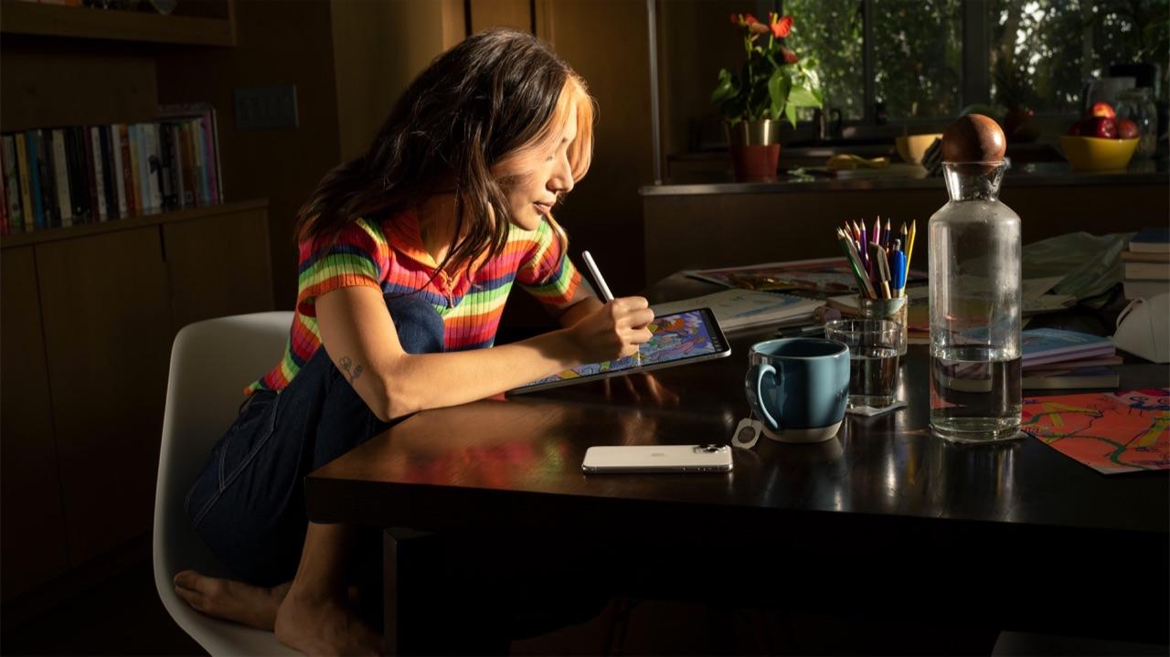Vrouw met iPad en Apple Pencil