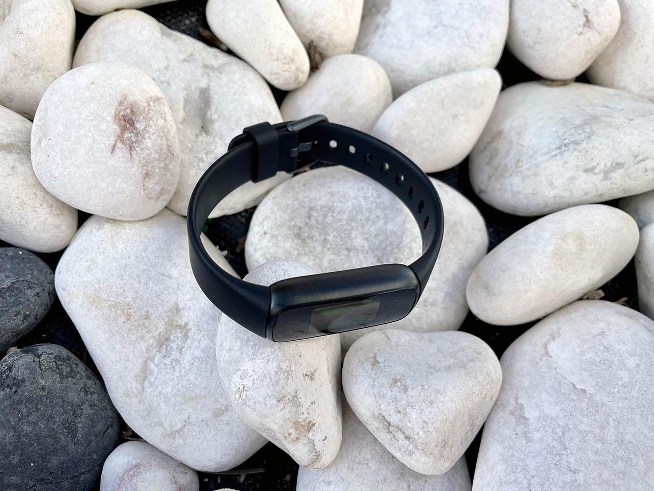 Fitbit Luxe op stenen