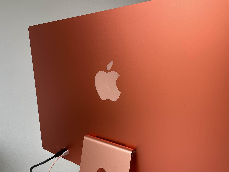 Achterkant van de M1 iMac met logo