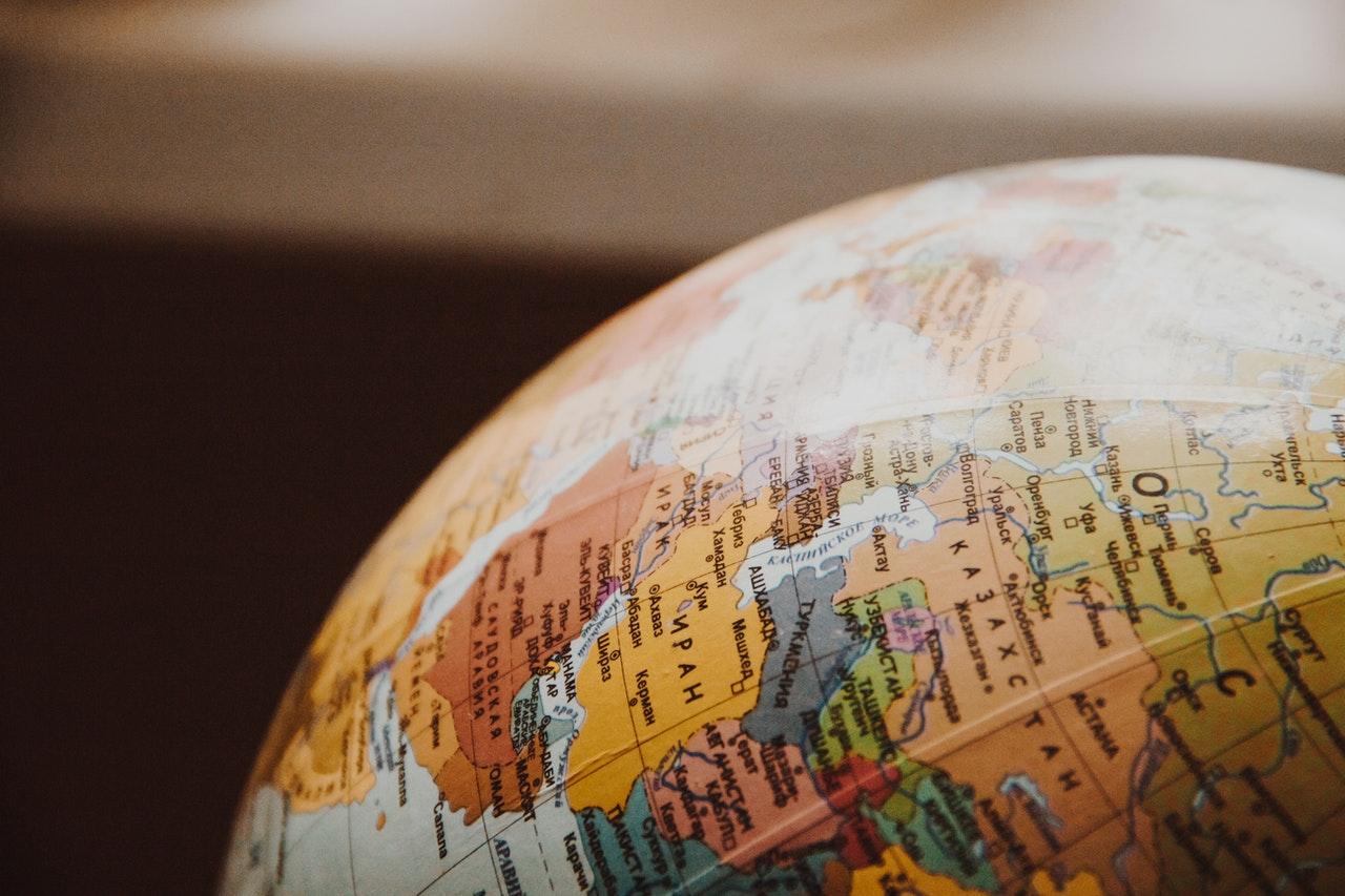 Landen op een globe