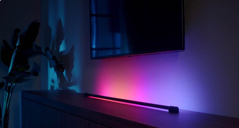Philips Hue Play Gradient Light Tube onder een tv