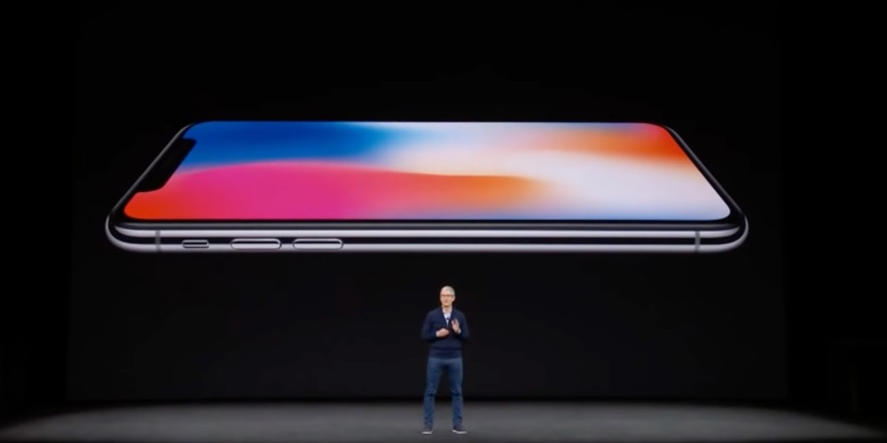 Tim Cook op het podium bij iPhone X aankondiging.
