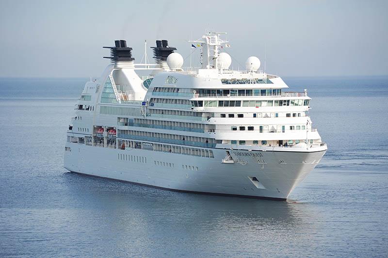 Cruiseschip met satellietcommunicatie
