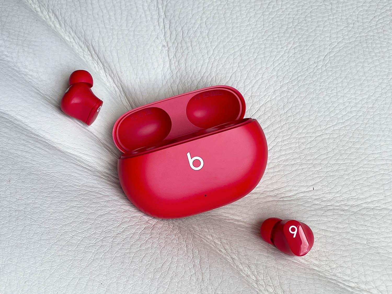 Beats Studio Buds naast het doosje