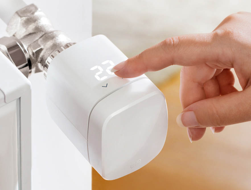 Eve Thermo 2020 met hand
