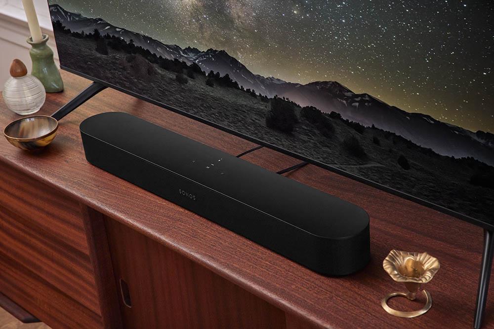 Sonos Beam 2 bij een kastje.