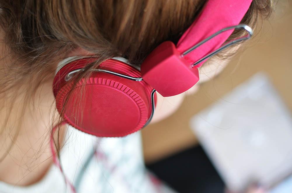 Vrouw met T-Mobile-roze hoofdtelefoon