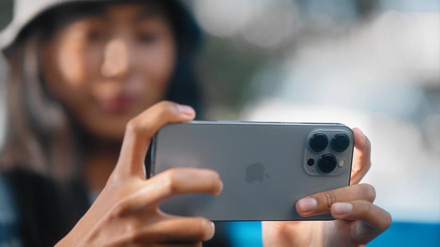 Vrouw met iPhone 13 Pro