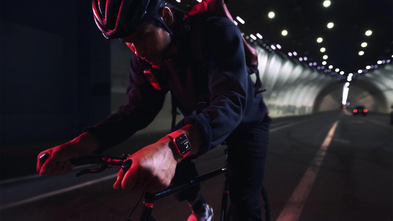 Man met fiets en Apple Watch Series 7