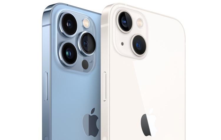 iPhone 13 Pro en iPhone 13 aan de achterkant in Sierra Blue en Sterrenlicht.