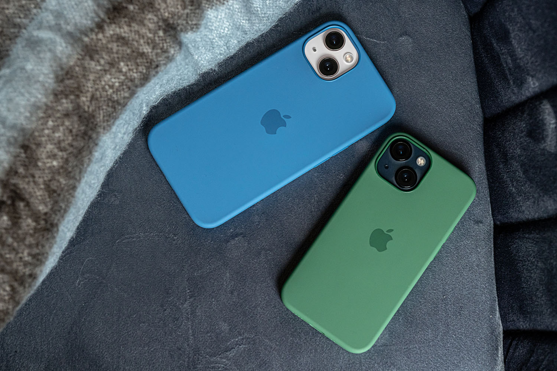 iPhone 13 en iPhone 13 mini in hoesjes.