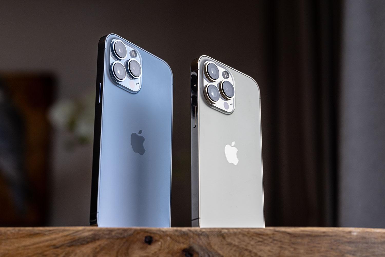 iPhone 13 Pro en iPhone 13 Pro Max staand