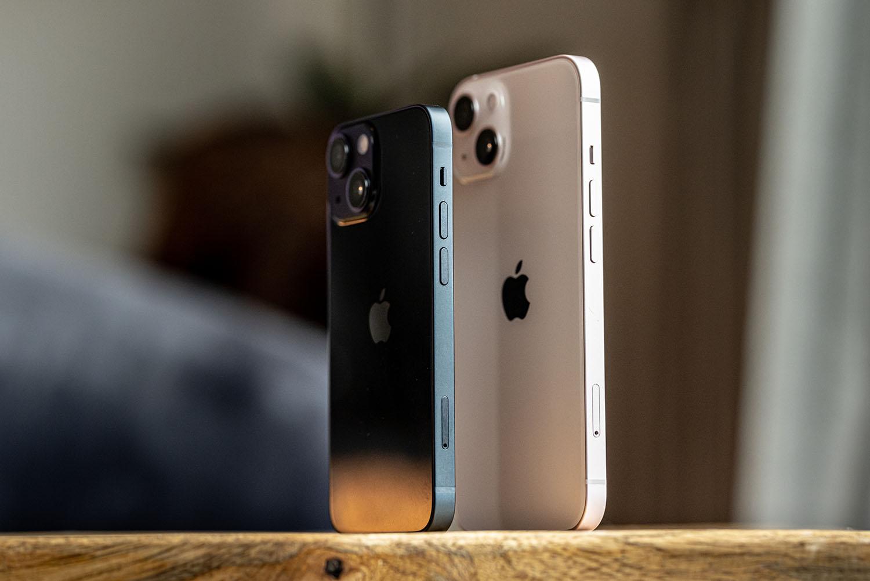Review: iPhone 13 en iPhone 13 mini staand.