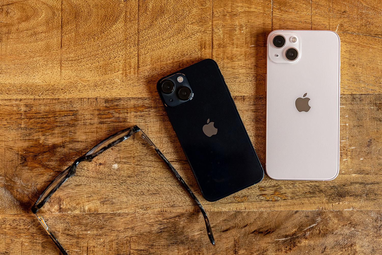iPhone 13 en iPhone 13 mini in roze en middernacht liggend.