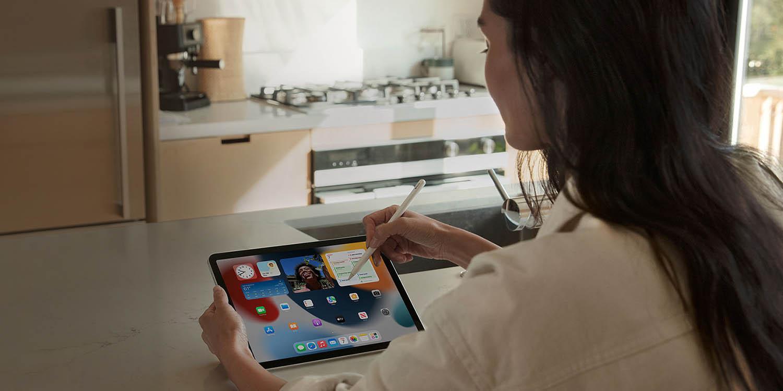 Vrouw met iPad mini in keuken