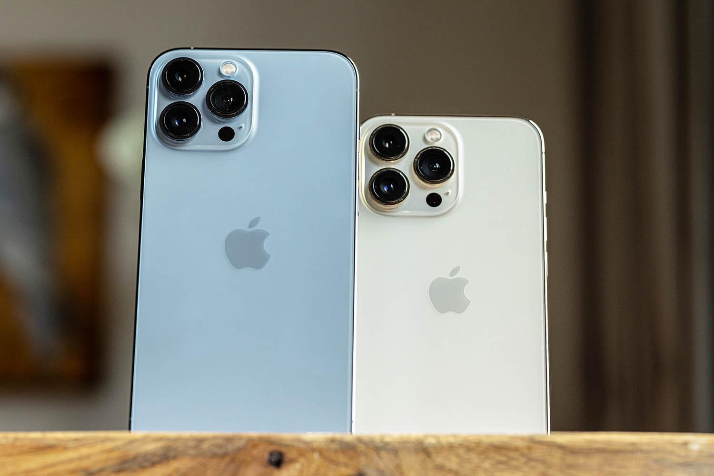 iPhone 13 Pro Max blauw en IPhone 13 Pro in goud