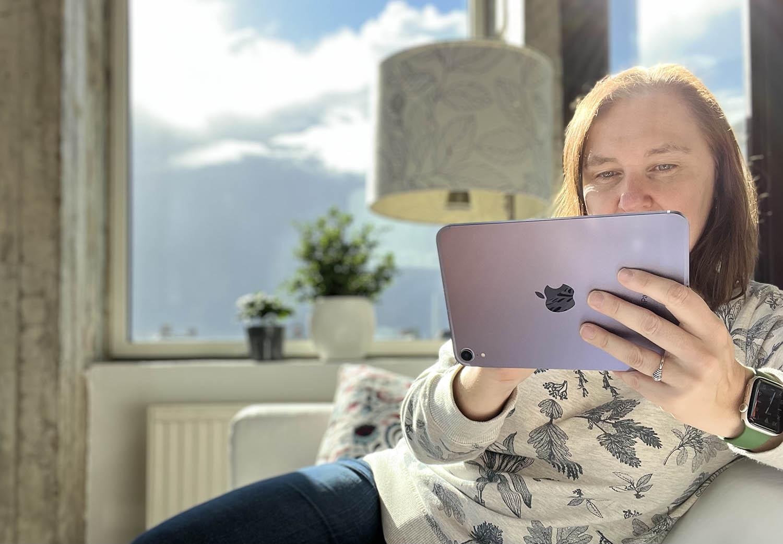 iPad mini 6 review in de hand landscape