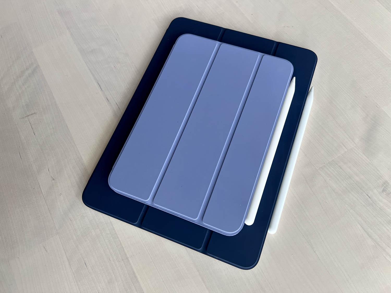 iPad mini 6 bovenop een iPad Air 2020 in blauw