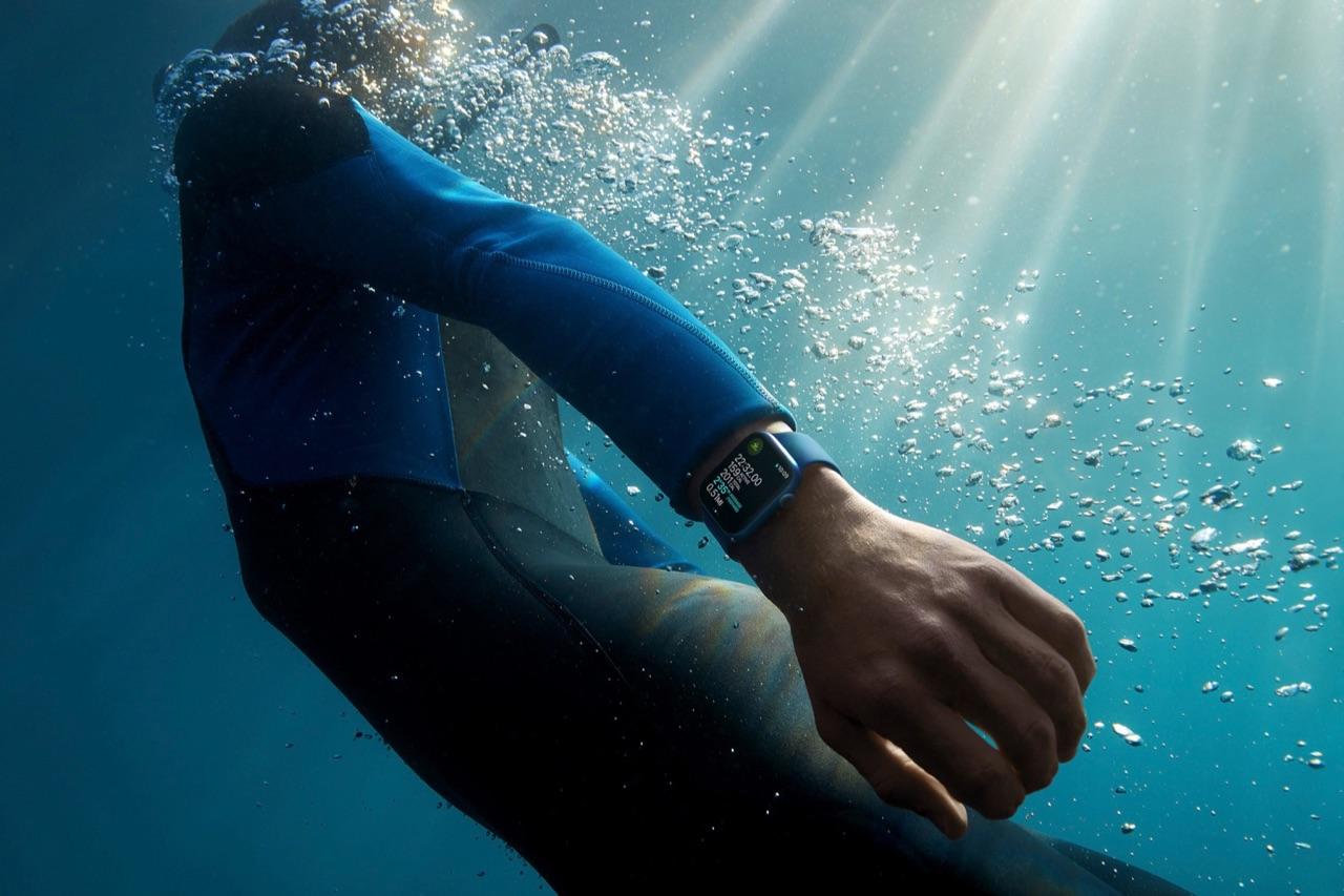 Apple Watch Series 7 tijdens het zwemmen.