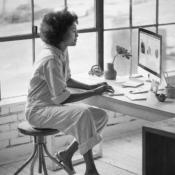 Vrouw met iMac